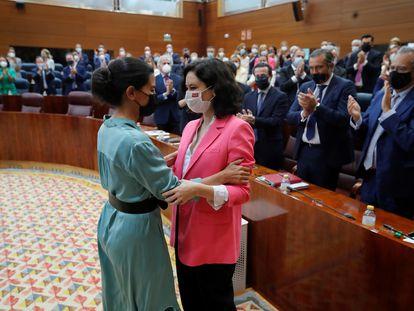 La portavoz de Vox en la Asamblea de Madrid, Rocío Monasterio, y la presidenta de la Comunidad, Isabel Díaz Ayuso, el pasado 18 de junio.