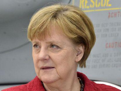 Angela Merkel junto a un Eurofighter en la base de Noervenich.