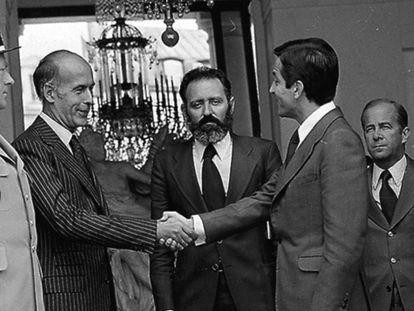 Adolfo Suárez, durante su primer viaje tras ser elegido, saluda a Valéry Giscard d'Estaing.
