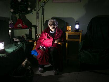 Rosa, vecina del Raval de Barcelona que sufrió un mes de cortes de luz en diciembre pasado y ayer volvió a quedarse sin luz.