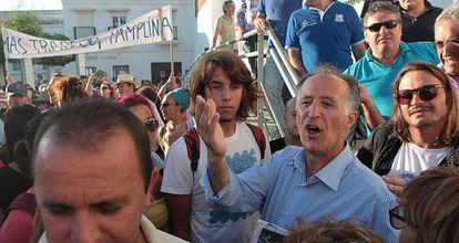El alcalde de Tarifa, Juan Andrés Gil, explica ayer a los vecinos el proyecto urbanístico de Valdevaqueros.