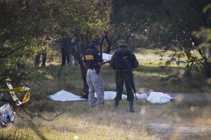 Policías federales y militares en las fosas hallladas en La Barca (Jalisco), a un aldo del panteón municipal.
