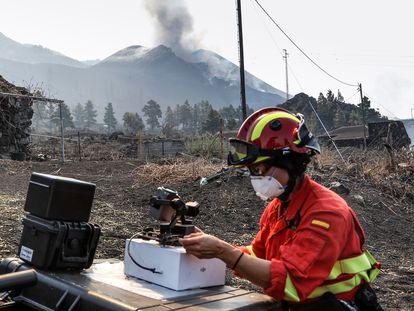 Una experta de la Unidad Militar de Emergencias (UME) controla los drones desplegados para ver la evolución de la colada del volcán en la isla canaria de La Palma.