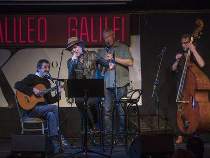 Joaquín Sabina canta en la presentación del disco homenaje a Javier Krahe hoy en la sala Galileo Galilei en Madrid.
