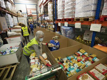 Voluntarios preparan comida para repartir en el banco de alimentos de Palma de Mallorca el 2 de diciembre de 2020.