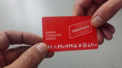 Dos usuarios se intercambian una Tarjeta de Transporte Público de Madrid.