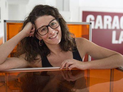 La profesora Mónica Fernández en la Fundació El Llindar de Cornellà de Llobregat.