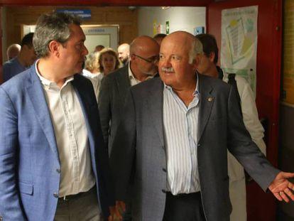 El alcalde de Sevilla, Juan Espadas, y el consejero de Salud, Jesús Aguirre, visitan a afectados por la listeriosis en agosto de 2019.