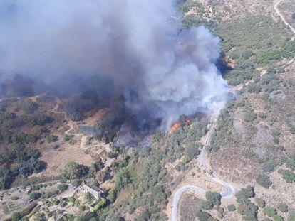 Imagen aérea del incendio en Almonaster la Real (Huelva).