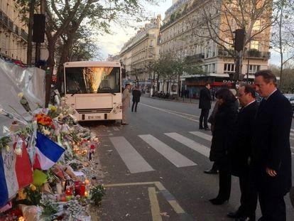 El ex primer ministro británico David Cameron y el entonces presidente francés François Hollande delante de la sala Bataclan, uno de los objetivos de los atentados yihadistas del 13 de noviembre de 2015 en París.