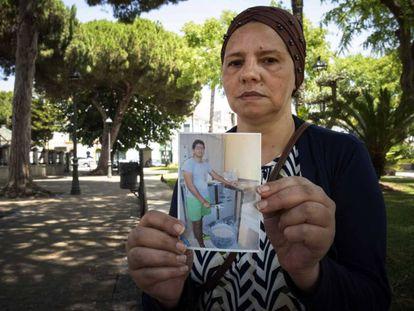 La madre de Iliass Tahiri mostrando una foto de su hijo.