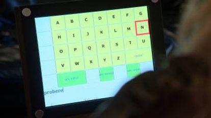 La paciente controla el teclado pensando en mover los dedos de su mano derecha