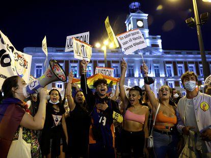 Cientos de personas se congregan este miércoles en la madrileña Puerta del Sol para pedir fin a la violencia homófoba.