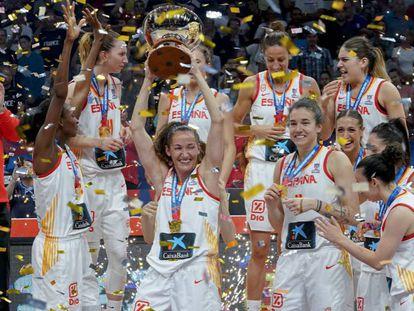 Las jugadoras españolas celebran la conquista del Eurobasket 2019.