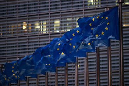 Banderas de la UE junto a la sede de la Comisión Europea en Bruselas.