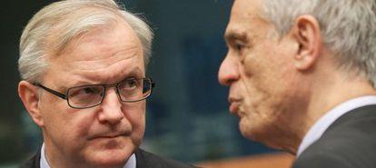 El comisario Olli Rehn (izquierda) y el ministro de Finanzas chipriota Michail Sarris, en la reunión en Bruselas.