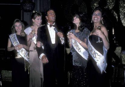 Julio Iglesias celebrando la Nochevieja en 1985.