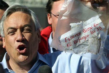 El presidente chileno sostiene la nota de los mineros.