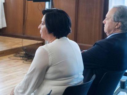 El expresidente de Invercaria, Tomás Pérez-Sauquillo y la dueña de Aceitunas Tatis, en la Audiencia de Sevilla.