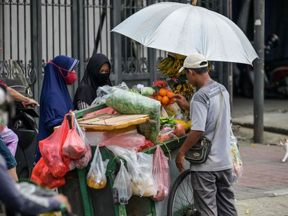 Un vendedor ambulante de fruta, la semana pasada en Yakarta (Indonesia).