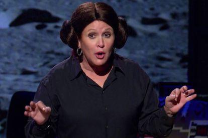 Carrie Fisher, con la peluca de Leia, durante su monólogo 'Bendito alcoholismo'.