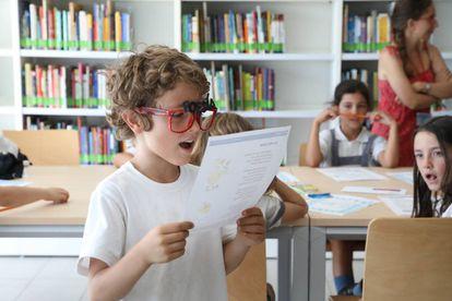 Un niño participa en una de las actividades de la biblioteca de Sanchinarro.