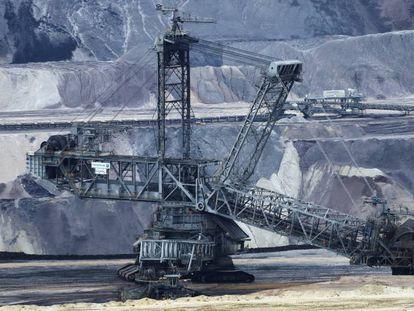 Maquinaria en una mina de lignito a cielo abierto en Alemania.