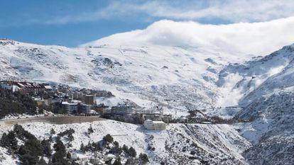 En Sierra Nevada se vende a 1.088 euros, el más barato de los mercados de nieve.