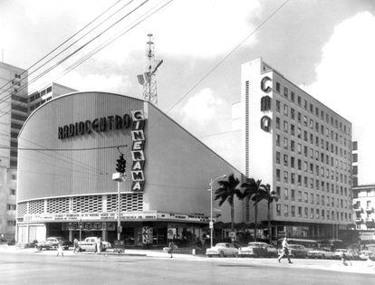 Edificio Radiocentro, de la compañía CMQ, en La Rampa habanera. Fue el primer complejo multifuncional de Cuba.