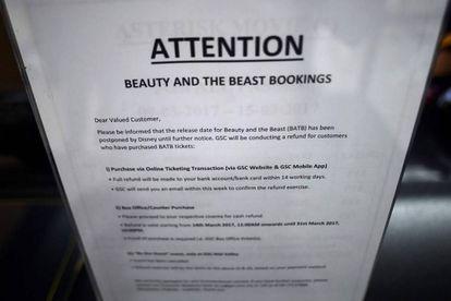 Una nota en un cine en Kuala Lumpur avisa de la suspensión de la proyección del filme.
