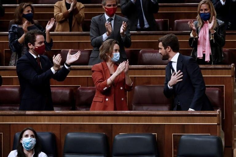 El líder del PP, Pablo Casado, es ovacionado por los miembros de su grupo parlamentario tras su intervención en la segunda sesión del debate de moción de censura presentada por Vox.