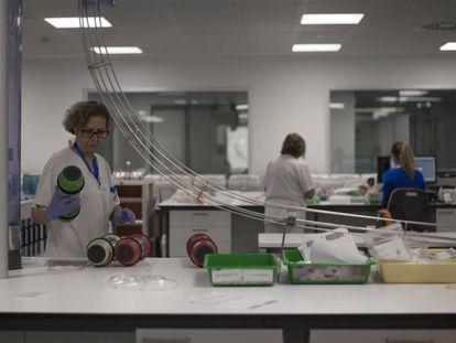 Personal sanitario en un laboratorio del Hospital Universitario Ramón y Cajal de Madrid.