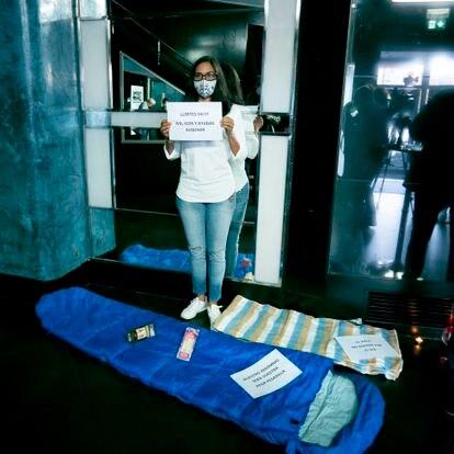 Una trabajadora de una sala de fiestas en Madrid protesta por el cierre del local por el virus.