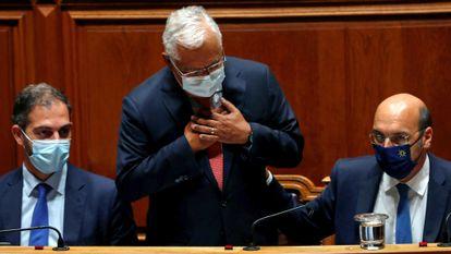 Gesto de Antonio Costa (centro) al final del debate presupuestario, este miércoles en Lisboa.