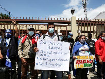 Campesinos nicaragüenses exiliados en Costa Rica se manifiestan contra el régimen de Daniel Ortega, el 1 de octubre, en San José.