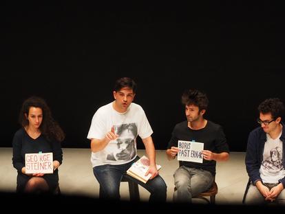 Tiago Rodrigues, segundo por la izquierda, en un momento de la obra 'Bye Heart' durante una representación en 2018. / Magda Bizarro