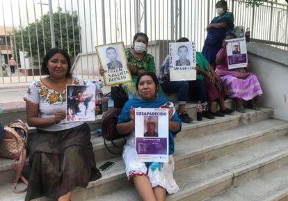 Indígenas yaquis se manifiestan para exigir justicia por sus familiares desaparecidos en Hermosillo.