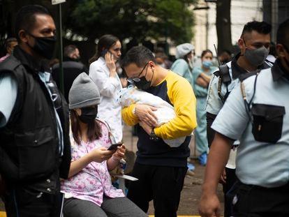 Ciudadanos se resguardan en las calles durante el temblor del día 23 de Junio en la Ciudad de México.