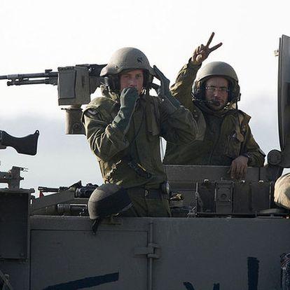 Soldados en un blindado israelí en la frontera de la franja de Gaza.