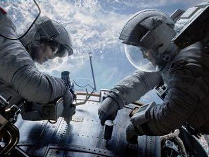 """Sandra Bullock y George Clooney en un fotograma de la película """"Gravity"""", dirigida por Alfonso Cuarón."""