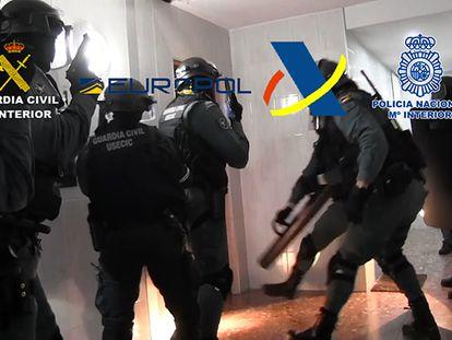 Agentes de la Guardia Civil, en uno de los registros de la Operacion Nadira contra el fraude del IVA en una imagen facilitada por Interior.