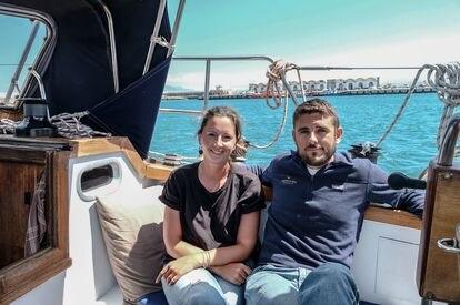 Katharina Weber y Brandon Miller, a bordo de su velero 'Anyway' en el puerto de Tarifa (Cádiz).
