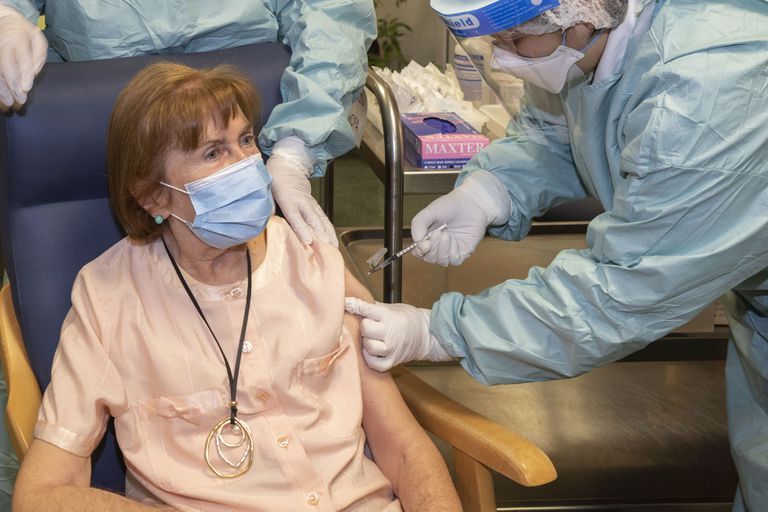 Una anciana es vacunada en Cantabria.