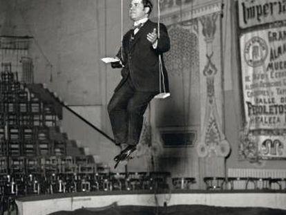 Ramón Gómez de la Serna, durante una lectura en el Circo Price de Madrid en noviembre de 1923.