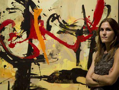La pintora ante una de las obras abstractas que expone en Alicante.