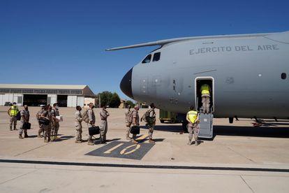 Militares españoles embarcan este martes en el segundo de los dos aviones del Ejército del Aire enviados para las labores de repatriación en Kabul.