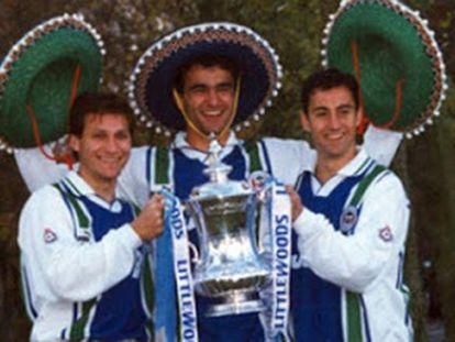 De izquierda a derecha, Jesús Seba, Roberto Martínez e Isidro Díaz, con el Wigan en 1996.