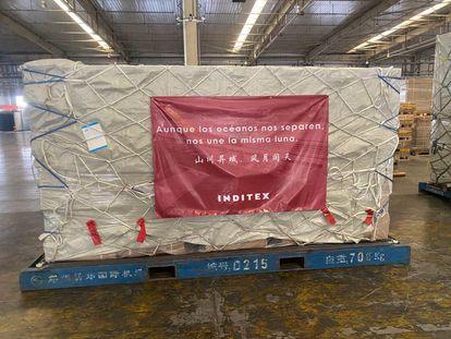 Uno de los palés con material que se distribuirá a través de Inditex, antes de partir de China.