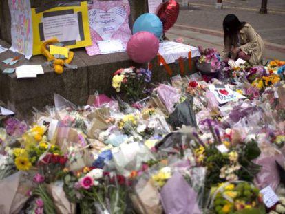 Flores homenaje a las víctimas del atentado de Mánchester.