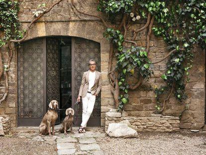 Álvaro González, retratado en Florencia con sus perros. Su firma, Álvaro González, distribuye sus sandalias y accesorios en su propia tienda 'online' (alvaro.ag), en su 'boutique' londinense y en distintos puntos de venta en todo el mundo.